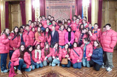 Los jóvenes con el consejero de Cultura, Turismo y Relaciones Institucionales de Navarra, Juan Luis Sánchez de Muniáin.