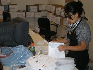 Una empleada del Consulado de España en Buenos Aires procesa los votos llegados por correo en las pasadas elecciones generales del 20 de noviembre.
