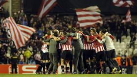 Los jugadores del Athletic de Bilbao celebran el triunfo ante el Lokomotiv.