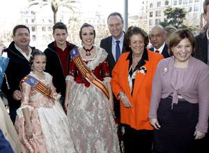 Alberto Fabra con la alcaldesa de Valencia, Rita Barberá, y las Falleras Mayores.