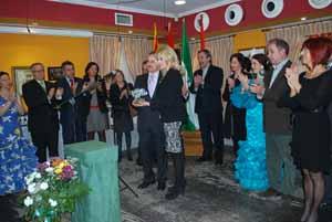 García recibe el premio de manos de Rosario Ayala.