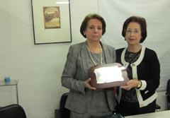 María Luisa Hernández entrega la placa a la viuda de Sevillano.