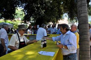 El presidente de la Unión de Sociedades Galalegas, Eduardo Alonso, despachando en el bar del Hogar durante la romería.