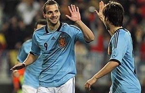 Soldado celebra con Silva uno de los tres goles que marcó ante Venezuela.
