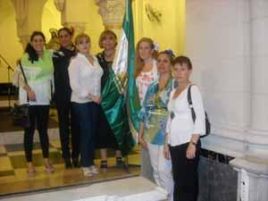 Miembros de la entidad portan la bandera andaluza.