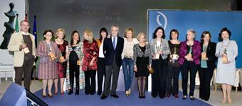 Foto de grupo de las autoridades con los premiados. Tercera por la izquierda, Puri Torres, presidenta de las Comunidades Andaluzas en la Comunidad Valenciana.