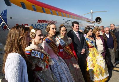 José Císcar con los integrantes de la 20ª edición de 'Avión Fallero'.