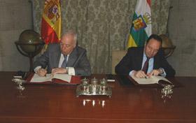 José Manuel García-Margallo y Pedro Sanz firmaron el protocolo.
