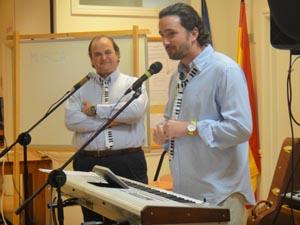Alejandro Tuya padre e hijo durante la conferencia.