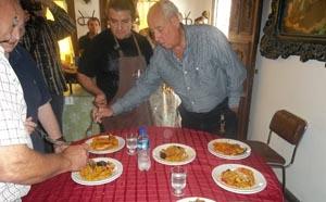 El jurado prueba los platos.
