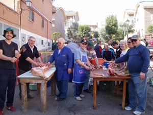Los hombres preparan el cerdo en una edición anterior.