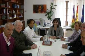 Estarellas (c) junto a Nicole Odia Kayembe (d) y miembros de Amnistía Internacional.