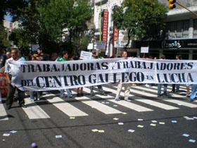 Manifestación de los trabajadores y socios ante el Centro Gallego de Buenos Aires.