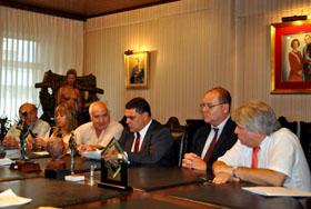 Presidente y directivos de Casa de Galicia firman el convenio.