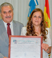 Entrega simbólica del reconocimiento a Juan Carlos Valdivia.