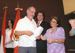 Guillermo Solito recibe su distinción por el Día de Andalucía.