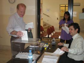Depositando el voto en la urna en el Consulado de España en Buenos Aires.