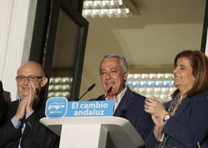 Arenas comparece ante los simpatizantes en Sevilla junto a los ministros Montoro y Báñez.
