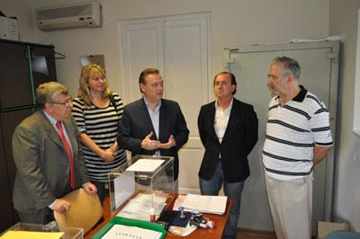 El jueves 22 Alfredo Prada visitó la oficina del Consulado en Montevideo donde se ha instalado la urna para que depositen su voto los andaluces y asturianos.