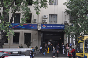 Entrada del hospital de la Asociación 'La Española' de Montevideo.