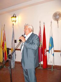 : El presidente Juan Fernández Lidueña dirigiéndose al público durante el acto.