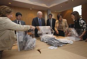 Escrutinio del voto exterior en la Junta Electoral de Asturias el miércoles 28 de marzo.