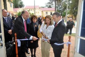 Rivero y la embajadora española en Uruguay, Aurora Díaz, cortan la cinta del Museo de la Inmigración Canaria en Canelones.