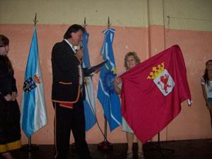 Entrega de la bandera de Castilla y León a la ciudad de Camarones.
