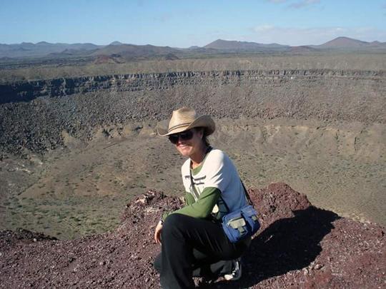 Asun Andreu Soler en el cráter El Elegante en la Reserva de la Biosfera El Pinacate, en Sonora.