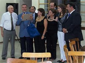 El CRE entrega la placa al presidente de la Asociación Española.