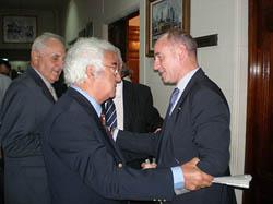 Camba saluda a uno de los patronos de la Fundación Galicia Salud.