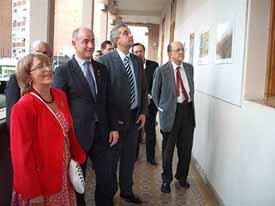 Marité Puga, presidenta de la fundación Mujer, Paz y Desarrollo, Santiago Camba y Alejandro López Dobarro, recorriendo la exposición.