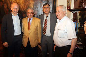 Santiago Camba, izquierda, con directivos del Centro Gallego de Buenos Aires.