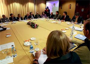 El presidente de la Xunta, Núñez Feijóo, y el conselleiro de Economía, Javier Guerra, a su derecha.