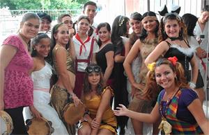 Los jóvenes disfrazados en la fiesta del