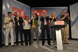 Leire Pajín saluda tras su intervención en el 15º Congreso de las Agrupaciones del PSOE en América.