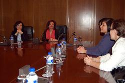 La subdirectora de Prestaciones Sociales, Esther Herrera González, y Pilar Pin con los jóvenes.