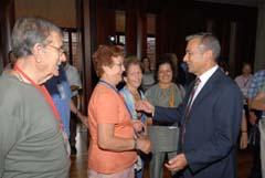 A la derecha, Rivero recibe a los emigrantes canarios.