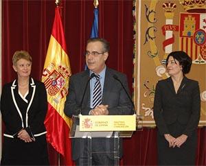 Consuelo Rumí, el ministro Celestino Corbacho y Anna Terrón.