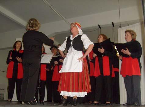 El coro de la entidad cantando Somos Costeros, en el homenaje a Pancho Guerra.