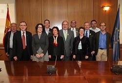 En primera fila, el presidente del CGCEE, Francisco Ruiz, la secretaria de Estado de Inmigración y Emigración, Anna Terrón, y la directora general de la Ciudadanía Española en el Exterior, Pilar Pin, con los miembros de la Comisión de Educación y Cultura.