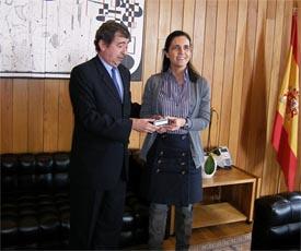 El Valedor do Pobo, Benigno López, le entregó el informe de 2009 a la presidenta del Parlamento de Galicia, Pilar Rojo.