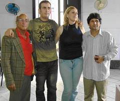 En el centro, Lisandro y Liliam Menéndez, nietos del aviador.