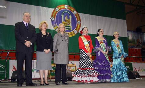 Rafael Blasco, Purificación Torres y Fuensanta Coves posan con las reinas de la FECACV.