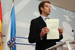 Feióo muestra a los medios de comunicación el escrito con el compromiso de las cajas.