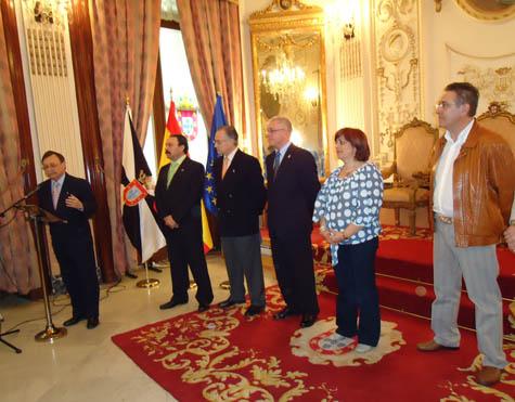 El presidente de Ceuta dirige la palabra a la delegación zaragozana.