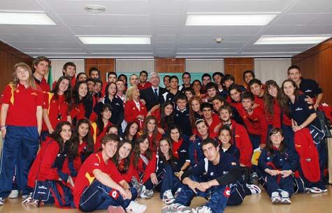 Los 49 jóvenes chilenos con José Antonio Gómez Periñán.