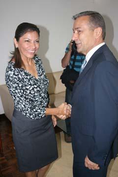 El presidente canario saluda a Laura Chinchilla.