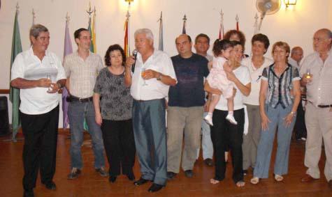 Integrantes del Centro Andaluz brindando al final de la celebración.