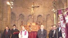 Las autoridades junto a la imagen del Cristo.
